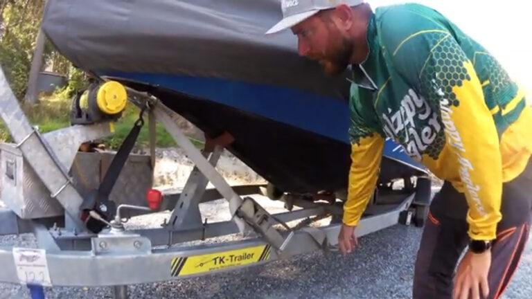 Lastsäkra båt på båttrailer